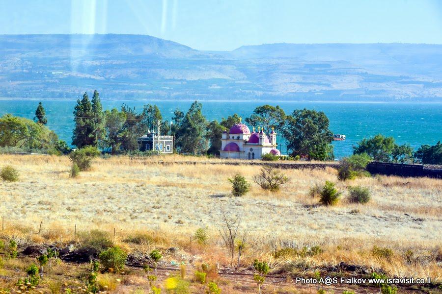 Капернаум, церковь 12 апостолов на берегу озера Кинерет.  Экскурсия по Галилее Христианской гида в Израиле Светланы Фиалковой.