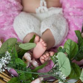 (17) 2018-06-18 by Richelle Wyatt - Babies & Children Hands & Feet