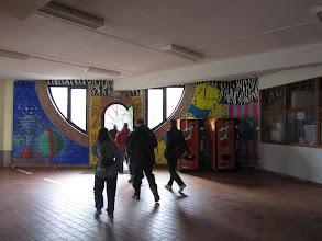 Photo: verlaten voor het eerst de grote inkomhal van de school