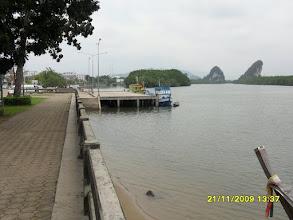 Photo: Am Wasser  entlang in Krabi   (Die Uttarakit Road am Wasser)