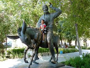 Photo: Der von Jung und Alt überaus geliebte Nasreddin, der usbekische Till Eulenspiegel, auf seinem Esel.