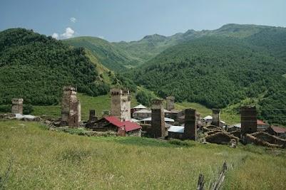 In Uschguli sind noch 46 Steintürme erhalten. Seit 1996 gehören die vier Dörfer daher zum UNESCO-Weltkulturerbe.