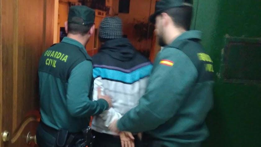 Dos agentes con el acusado, tras la detención.