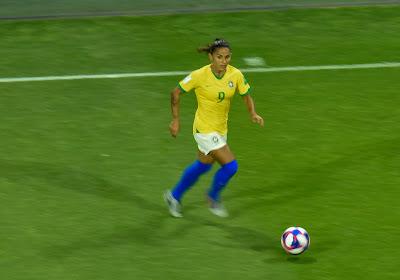 Debinha régale, Victoire de prestige pour le Brésil