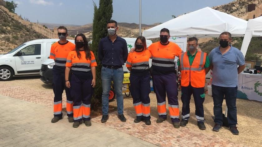 El alcalde de Almería junto al equipo de control de plagas. Foto de Víctor N.