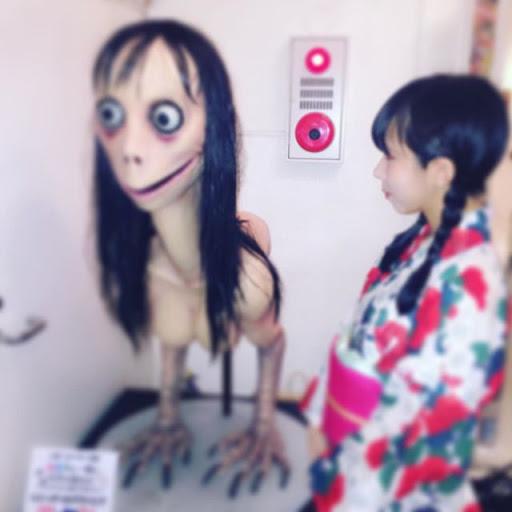 Mujer posando con la escultura de Momo en Ghost Gallery III