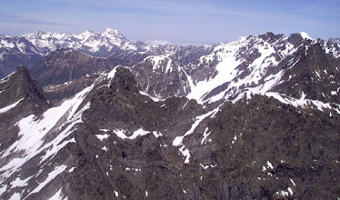 Photo: Vision aérienne sur la gauche des faces sud des pics de Cumiadére et de Létious séparés par la hourquette de Bachebirou. Massif du pic du midi de bigorre à l'horizon.