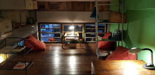 另一种风味的咖啡厅,摆设了许多复古的饰品。蛮喜欢楼中楼的空间。
