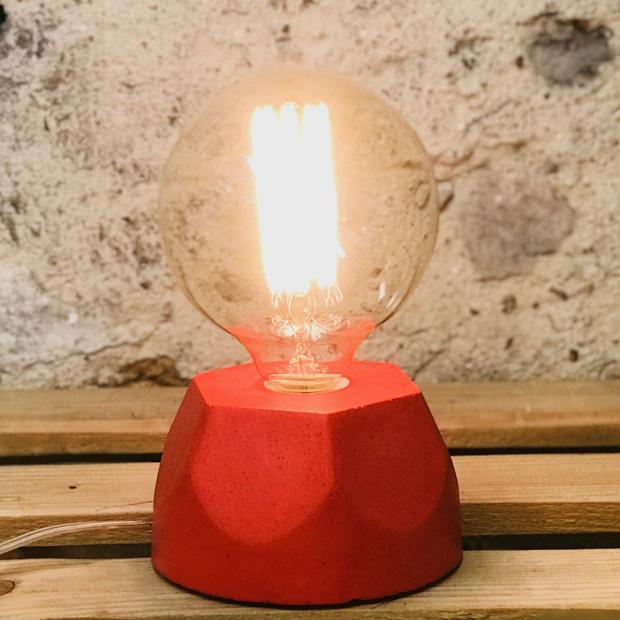 Lampe design en béton rouge avec son ampoule à filament