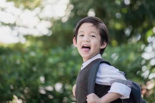 Các bé từ 3-4 tuổi được gọi là trẻ mẫu giáo. Các bé mẫu giáo muốn tự làm mọi thứ mà không cần có bố mẹ giúp đỡ. Con độc lập hơn so với các bé tập đi. Vì có ngôn ngữ phát triển hơn nên con có thể thể hiện nhu cầu của mình.