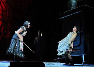 Photo: Wiener Staatsoper: HÄNSEL UND GRETEL. Inszenierung Adrian Noble. Premiere 19.11.2015. Michaela Schuster,  Ileana Tonca. Copyright: Barbara Zeininger