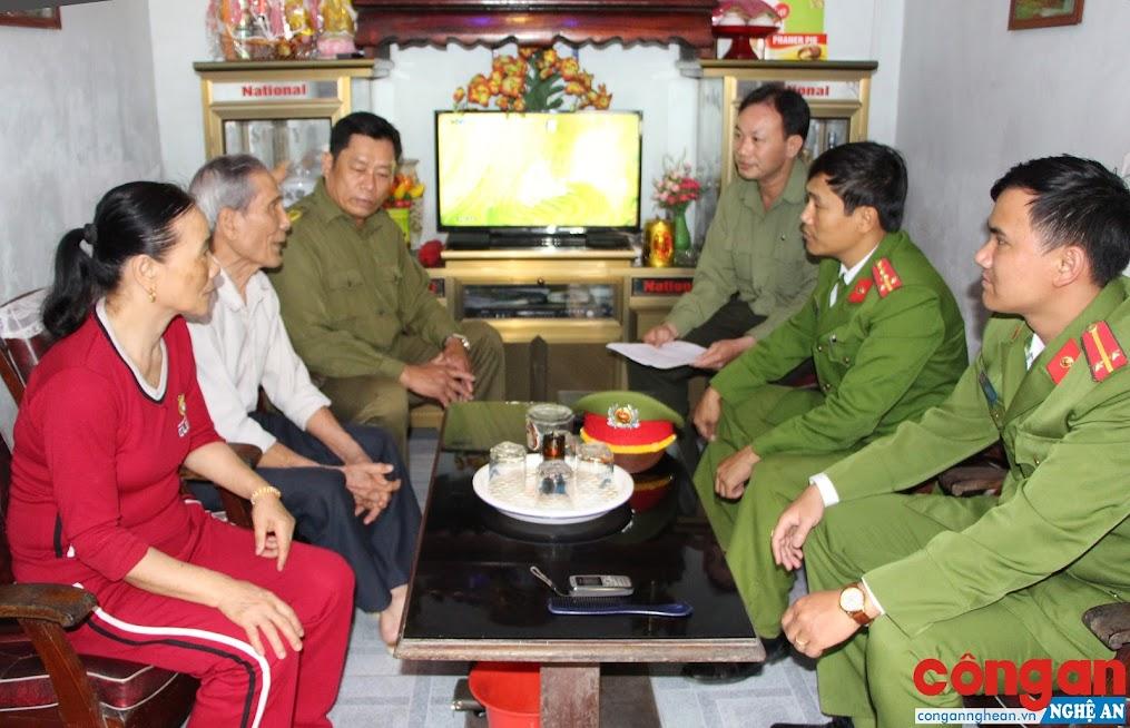 Công an thị trấn Diễn Châu đến tận nhà tuyên truyền, vận động quần chúng nhân dân chấp hành nghiêm quy định pháp luật