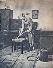 Photo: Odkurzacz 1935 r. - Nem kell porolni, söpörni, port nyelni, ha van porszívó a háznál.  (Seidner foto.)