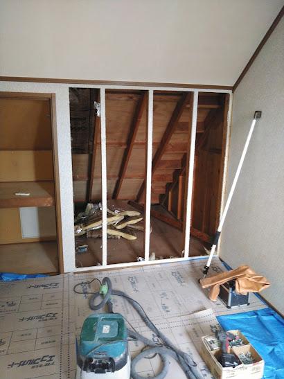 3階洋室壁を解体中1