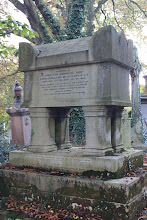 Photo: Ο τάφος του  Χόμπχαουζ στο κοιμητήριο του Κένσαλ Γκρην