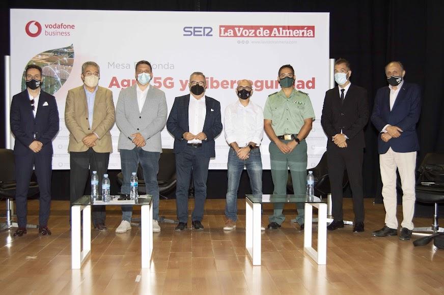 Los ponentes de la mesa redonda, el moderador y el director de Agricultura 2000 junto al director de La Voz, Pedro M. De la Cruz; el consejero delegado de La Voz, Juan Fernández; y el director comercial de La Voz, Ricardo Céspedes.