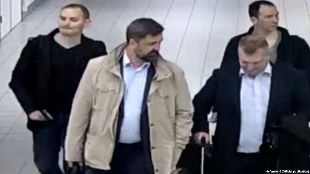 Россияне, выдворенные из Нидерландов, после прилета в Амстердам