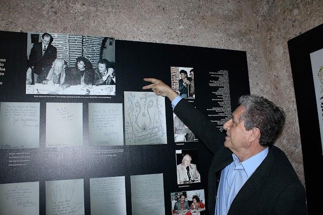 Rafael Morales indicando la foto de la visita de Rafael Alberti a la Peña y su dedicatoria en el Libro de Oro de El Taranto.