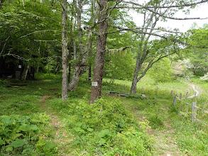 トレッキング道(右)、左に避難小屋