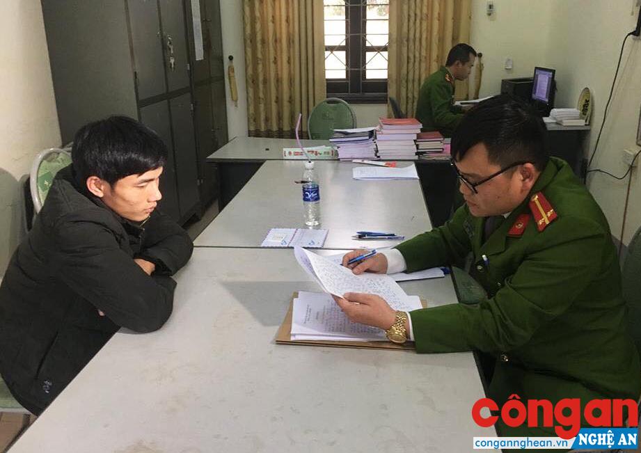 Công an huyện Anh Sơn lấy lời khai của đối tượng phạm tội