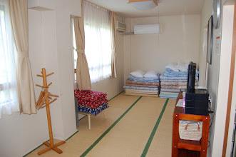 Photo: 303号室 和室4名部屋 テレビ有、エアコン有、冷蔵庫有、 トイレ有、バスルーム有、コタツ無、最大5名まで対応可
