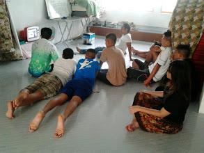 "Photo: รวมกลุ่มดูรายการ ""รถโรงเรียน"" หลังเลิกเรียน :) — ที่ thaicadet  8 กรกฎาคม 2555"