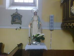 Photo: Bal oldali mellékoltár Szűz Mária Szeplőtelen Szíve-Nagyboldogasszony színes szobrával.