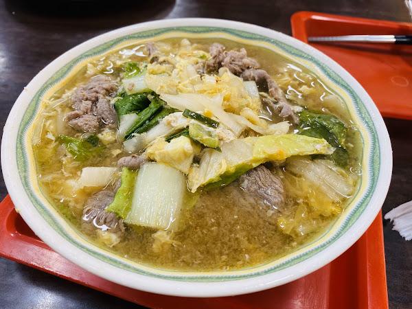 刀削麵滿Q,今天點的酸白菜牛肉刀削麵的湯頭很合口味,酸酸的湯頭剛好。 用餐時段很多人喔,可能要等到40分鐘。 今天13:00排隊的,等到領餐約25分。