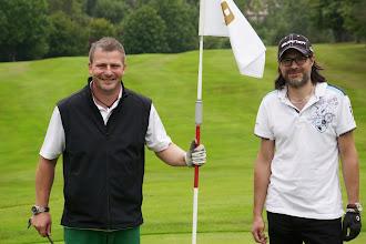 """Photo: Daniel Czinczoll (links) hatte Grund zum Strahlen. Tom Fischer (Anzeiger FDS) wird in den nächsten Jahren """"angreifen""""."""