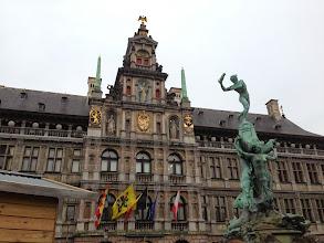 Photo: 市庁舎と町の名の由来の像。