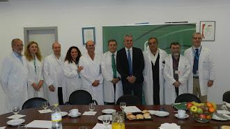 Miembros  de la Unidad de Cirugía junto al director del centro, Pedro Acosta y el delegado, Juan de la Cruz.