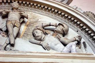 Photo: Grabmal des Fürstbischofs Johann Georg Zobel v. Giebelstadt in der Bamberger St.-Michaels-Kirche. Detail aus der Auferstehungsgruppe in der halbrunden Bekrönung.