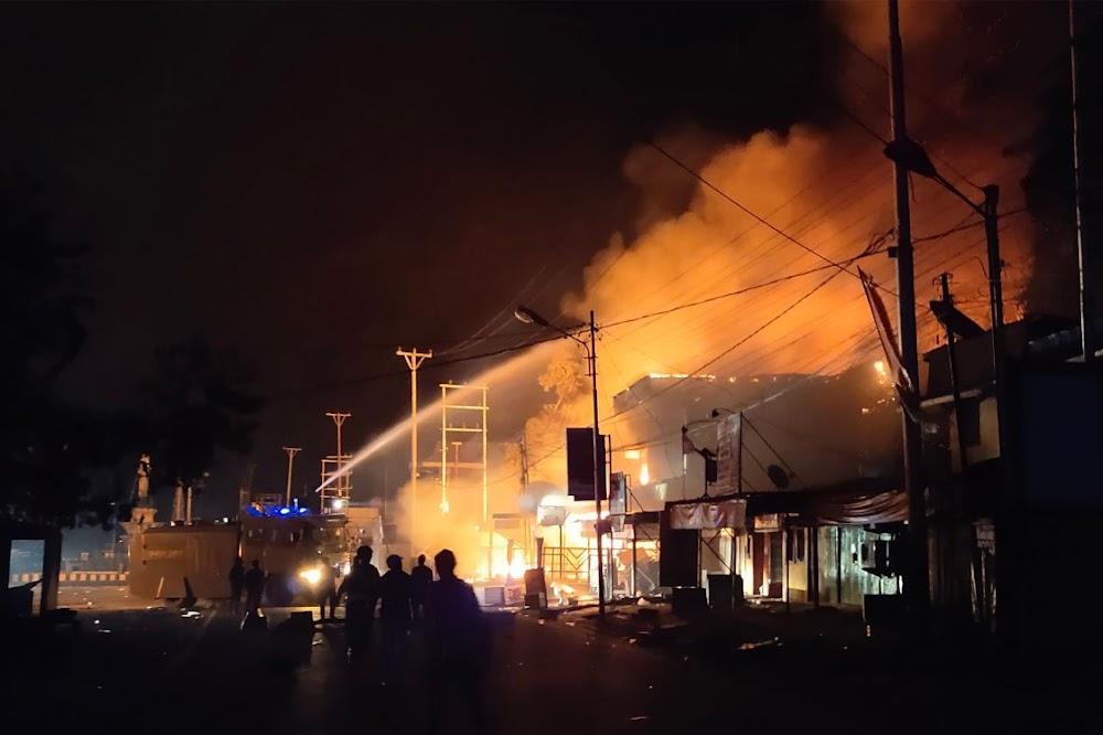Betogers in Papoea het geboue in Indonesië aan die brand gesteek