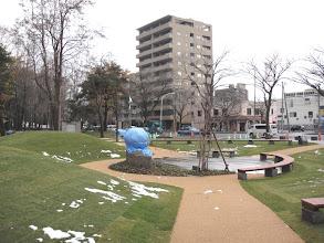 Photo: A szobor előtti térben körbefutó padok vannak.