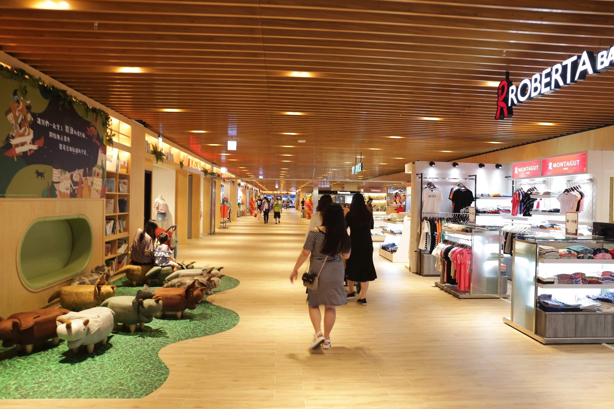 走廊很寬敞,很適合遛小孩...不過店面的話,並不像百貨公司那樣的有名氣喔