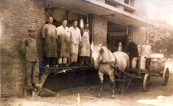 Photo: Zuivelfabriek v.l.n.r. L. Pol, Lute Timmer, Jans Hilberts ??, Geert Enting. Op de wagen niet bekend