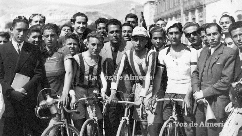 Jaime Díaz con maillot de franjas horizontales (a la izquierda), en una carrera en el Parque. Con traje (a la derecha), Francisco Saiz Sanz.