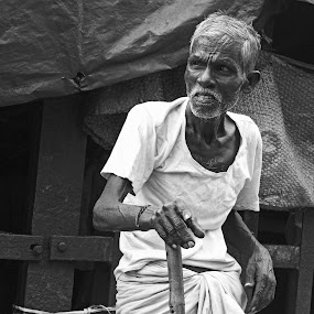 Old Man by Ritwik Ray - Black & White Portraits & People ( street photography )