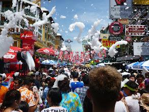 Photo: Následují fotografie z ulice Khao San, kde byly oslavy nejintenzivnější...