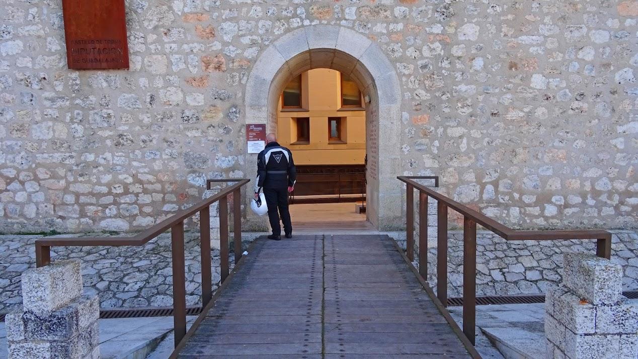 Acceso al Castillo de Torija
