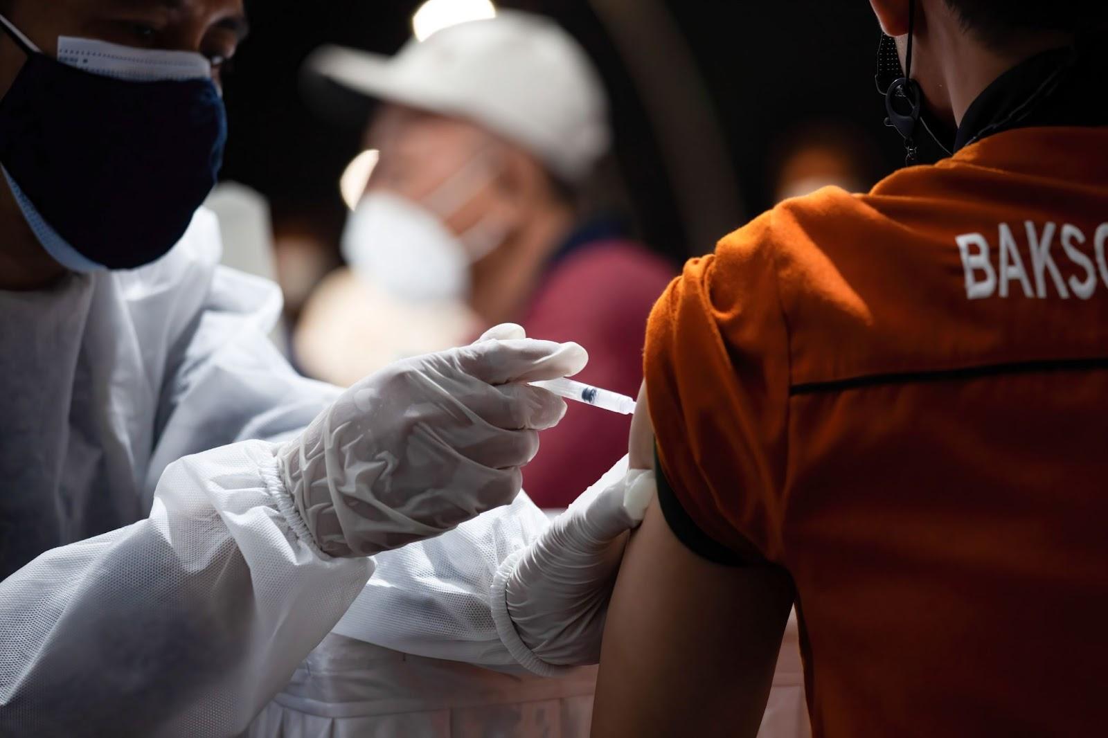 operatore sanitario inietta il vaccino