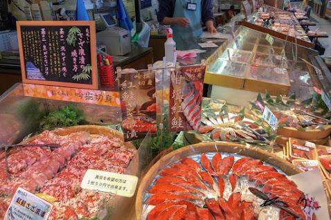 鮭の切り身が並ぶ