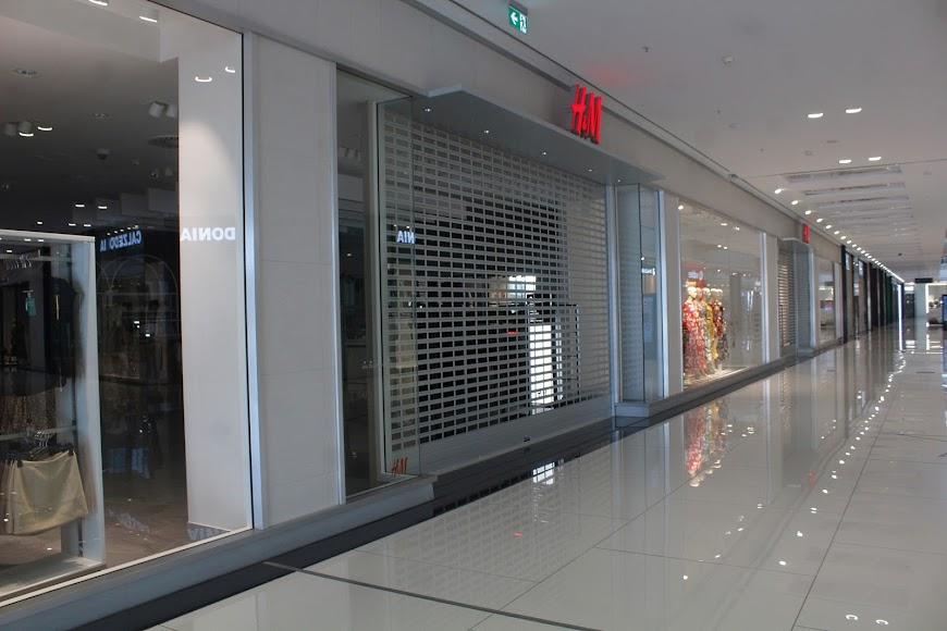 Algunos establecimientos cerrados en el Centro Comercial Torrecárdenas.