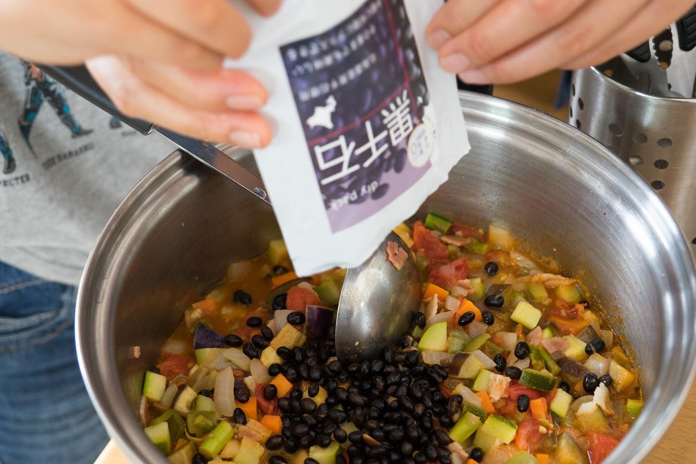 黒千石のラタトゥイユ:黒千石ドライパックを入れて、煮込む