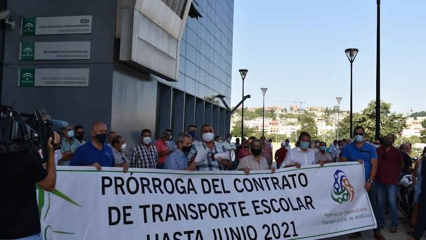 Acto  de protesta de las empresas de transporte escolares en Sevilla.