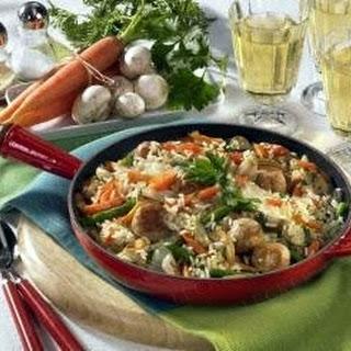 Gemüse-Reispfanne mit Brätbällchen