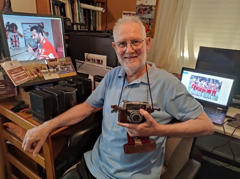 Con su primera cámara de fotos que le regaló su padre don Juan Ortiz en los años 60.