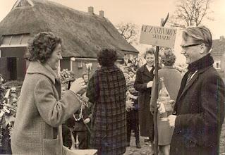 """Photo: Palmpasen 1961 symbolisch wordt het fietspad gedoopt met de naam """"Gé Zandvoort straatje"""" v.l.n.r. Gé Zandvoort, Aaltje Dekker-Tienkamp (met de rug op de foto), Jantje Martens en Willem Nijhof"""