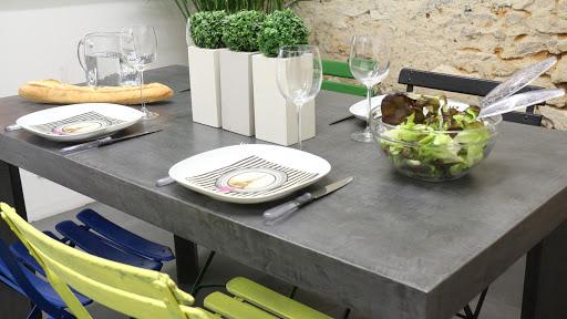 mobilier-sur-mesure-en-beton-cire-table-de-salle-a-manger-table-de-salon-table-bistrot-enduit-decoratif-decoration-design-contemporaine-maison-moderne-les-betons-de-clara