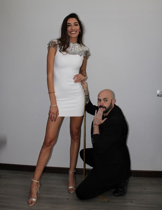 Sergi Regal impresionado con el largo de piernas de la Miss Word Almería 2020.